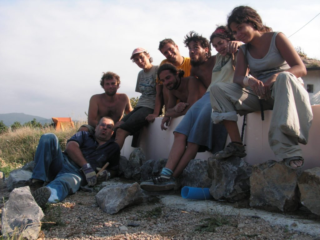 Placing the last stone in the lowest course - after working on opposite sides of the house for 3 days, the A and B teams have once again met. L-R: José, Rob, Almu, Alvaro, Benoit, Iñaki, Elena, Bea.